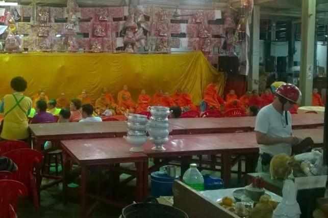 Para Bhiksu memberi berkat tahun baru untuk pasar